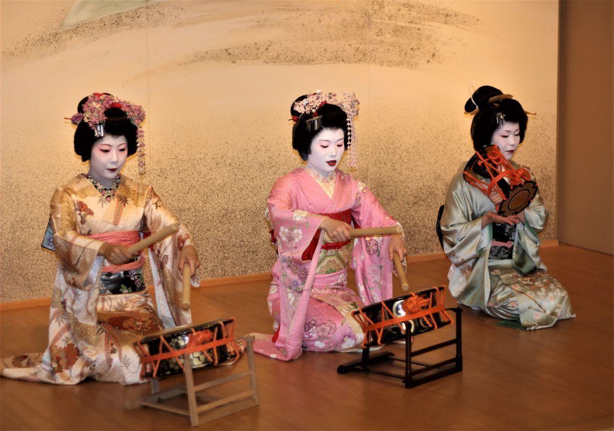 © Wikimedia Commons: Geishas in Asakusa