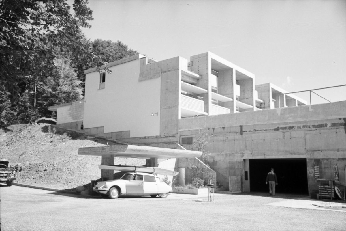 Verdichtetes Bauen mit Tiefgarage und Tankstelle: Die Siedlung Halen bei Bern, um 1960.