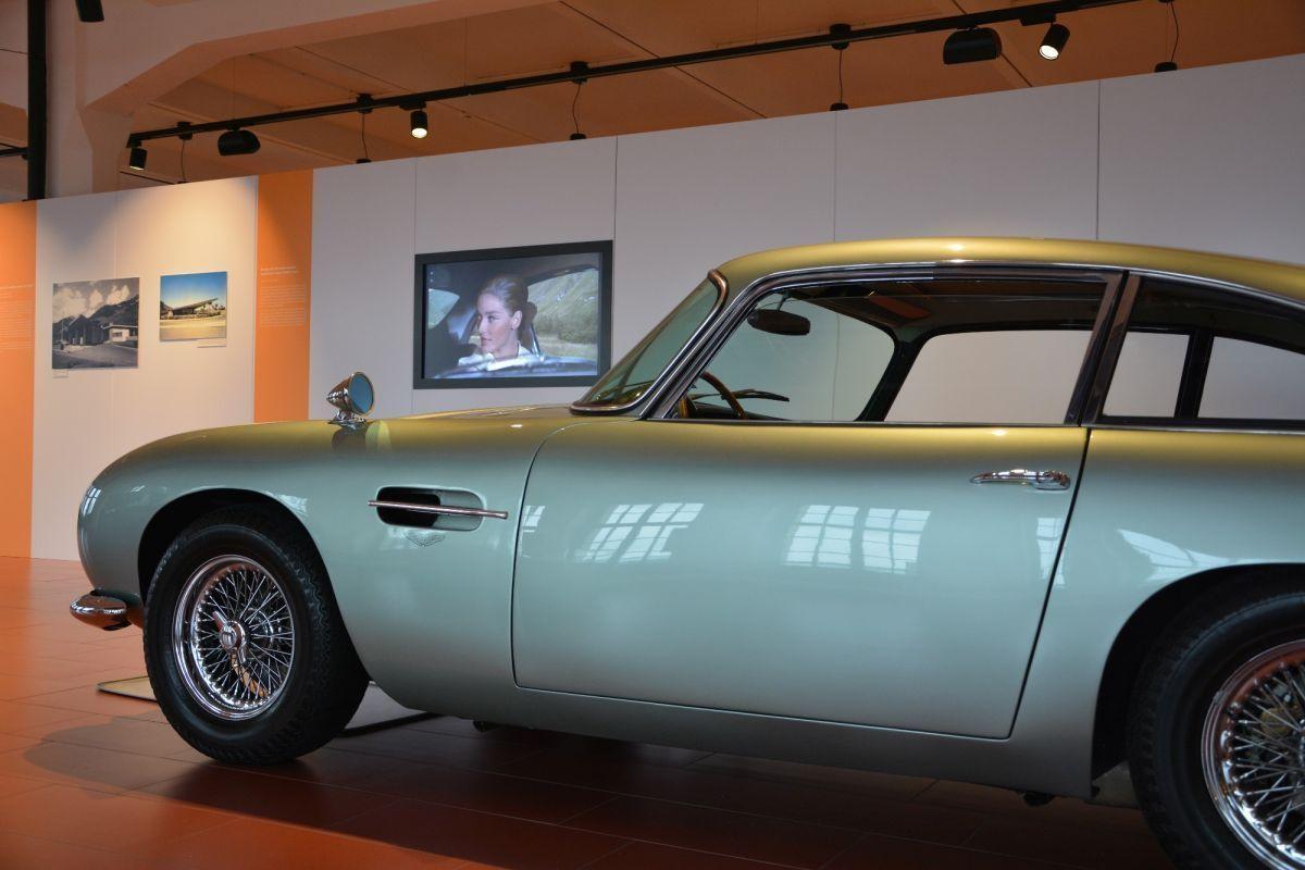 Damals in Andermatt: James Bonds Dienst-Aston aus dem Film Goldfinger und Bilder der längst verschwundenen Tankstelle Aurora.