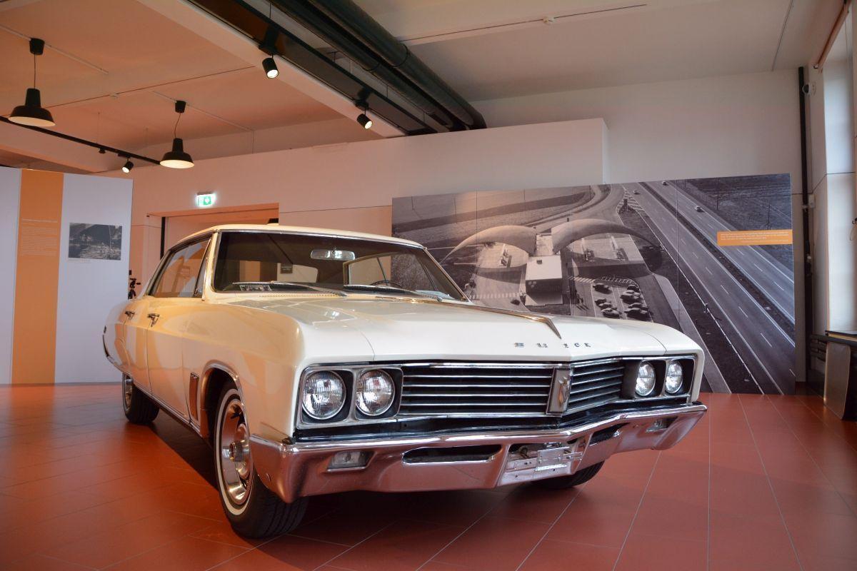 Original und Bild: Der Buick findet sich auch auf dem Foto der bei ihrem Bau revolutionären Tankstelle Deitingen-Süd.