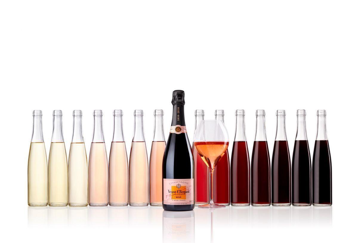 Der Rosé Champagner aus dem Hause Veuve Clicquot besticht durch Eleganz und ein fruchtiges Aroma. Sein Farbton erinnert ein bisschen an Kupfer.