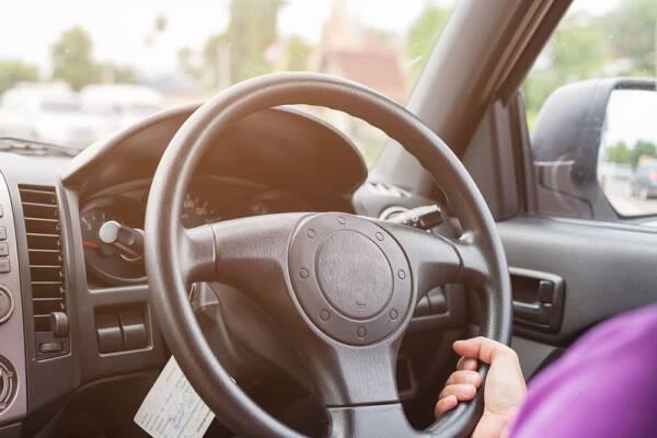"""Rejestracja """"anglika"""". Od 2015 r. możesz jeździć w Polsce z kierownicą po prawej stronie"""