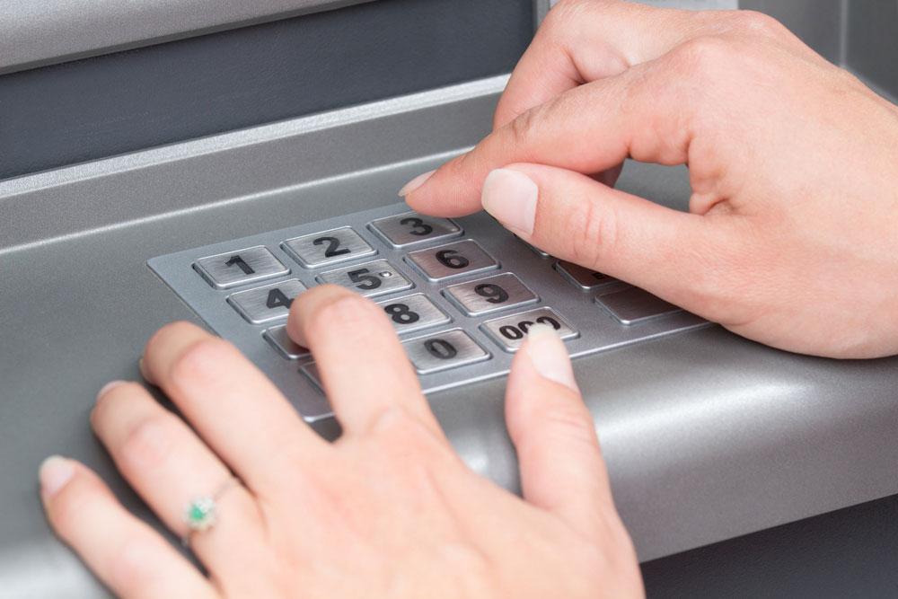 Zatrzymanie karty przez bankomat - co należy zrobić?
