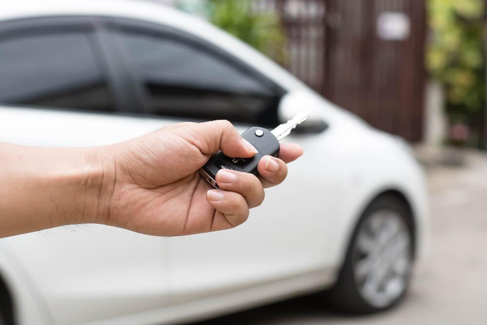 Człowiek trzymający kluczyki do samochodu