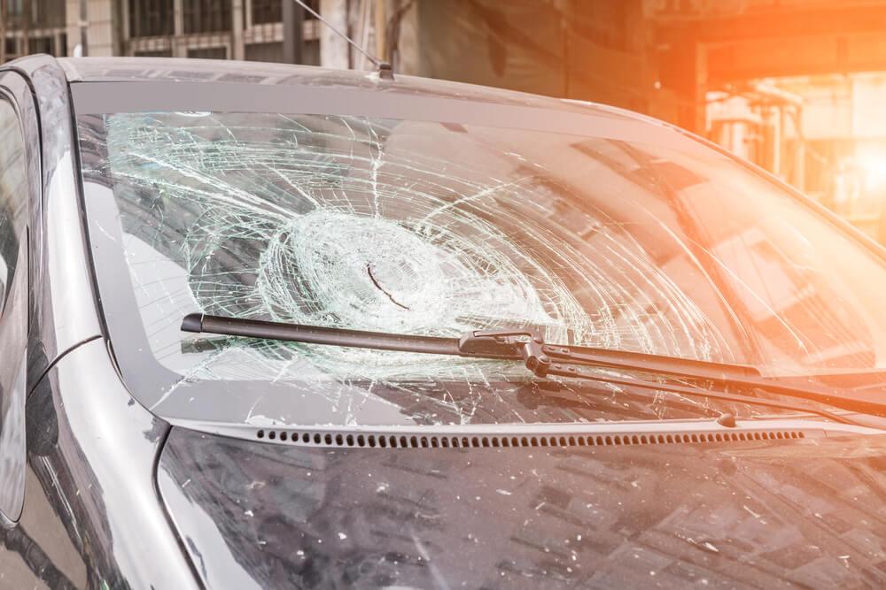 Stłuczona szyba w samochodzie