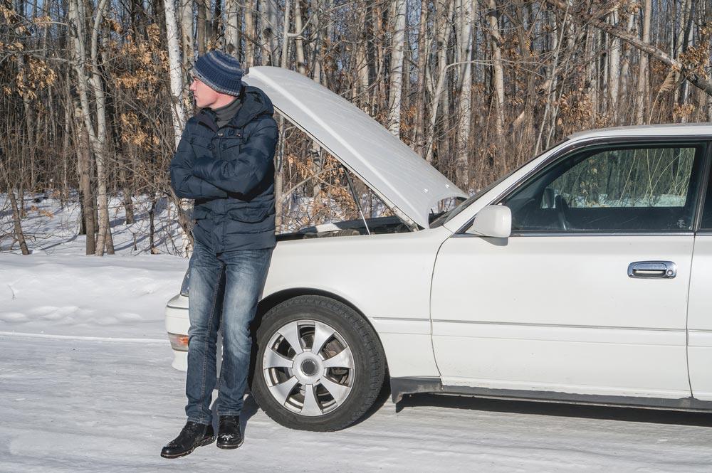Mężczyzna przy zepsutym samochodzie
