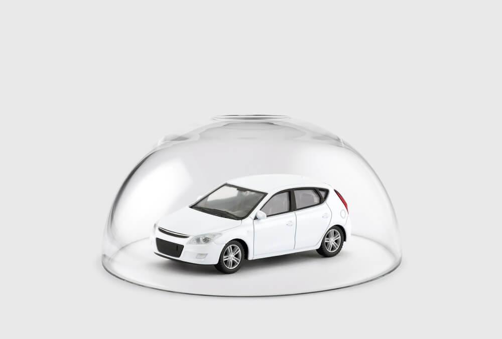 Biały samochodzik pod szklaną półkulą