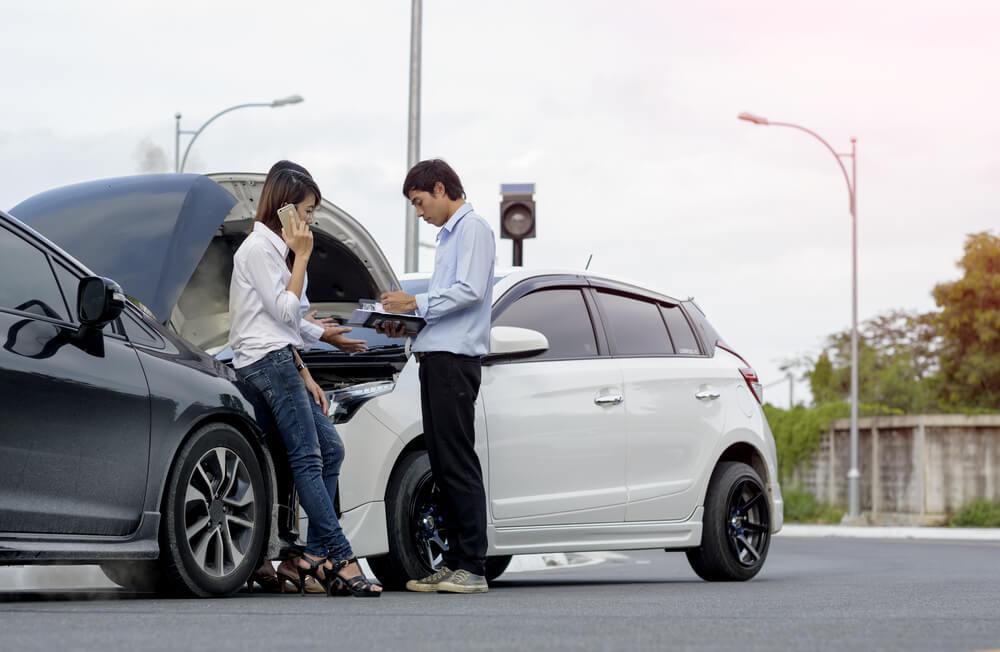 Kolizja drogowa z udziałem kobiety i mężczyzny