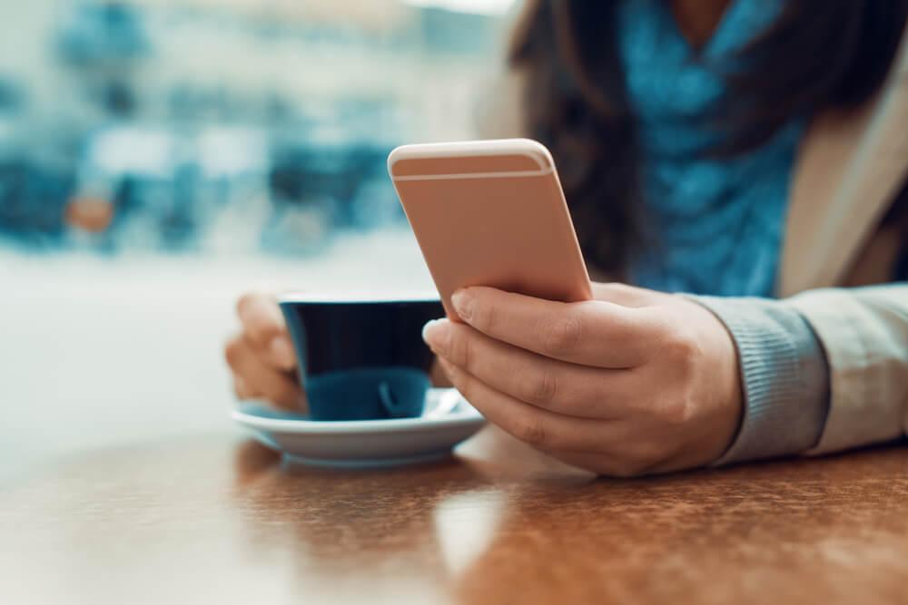 Kobieta z telefonem w kawiarni