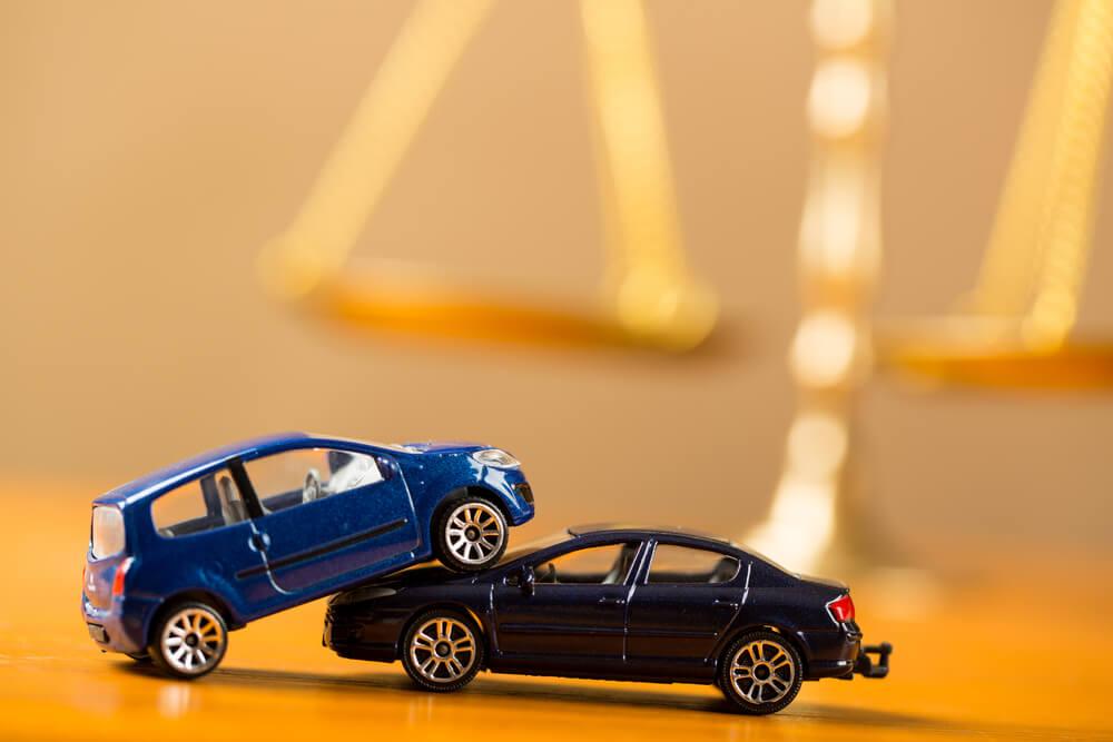 Dwa samochody w trakcie stłuczki
