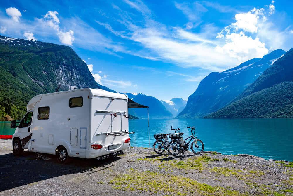 Kamper z dwoma rowerami na tle gór