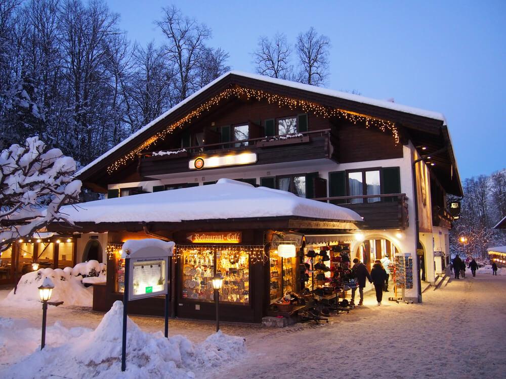 Mały sklep zasypany śniegiem