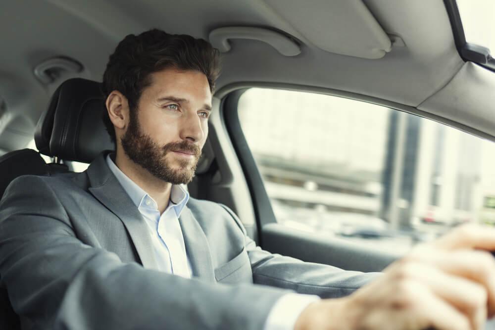 Skupiony mężczyzna prowadzi samochód
