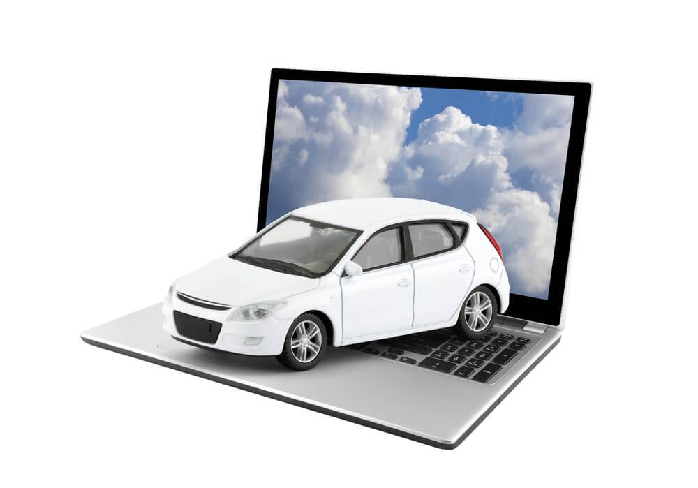 Mały samochodzik na laptopie