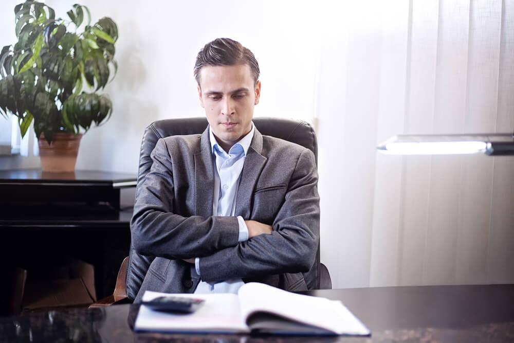 Mężczyzna zastanawiający się, jak skutecznie uzyskać odszkodowanie