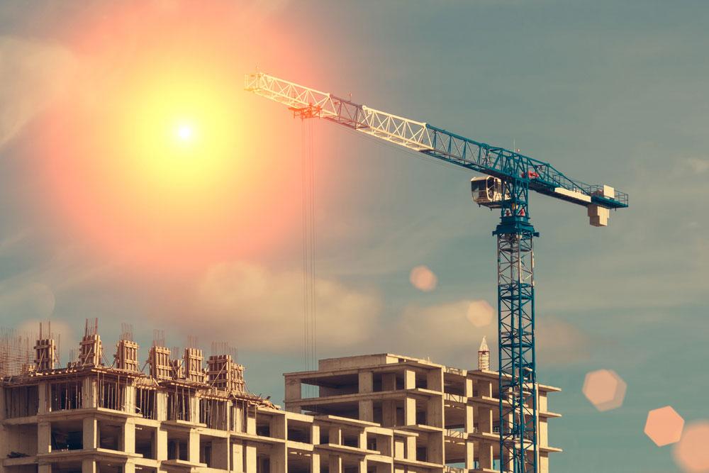 Ubezpieczona firma budowlana w trakcie budowy bloku mieszkalnego