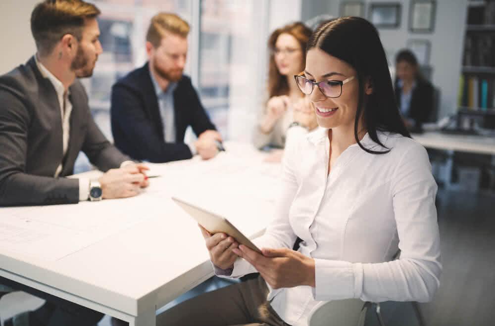 Pracownicy ubezpieczonej firmy rozmawiają w trakcie spotkania