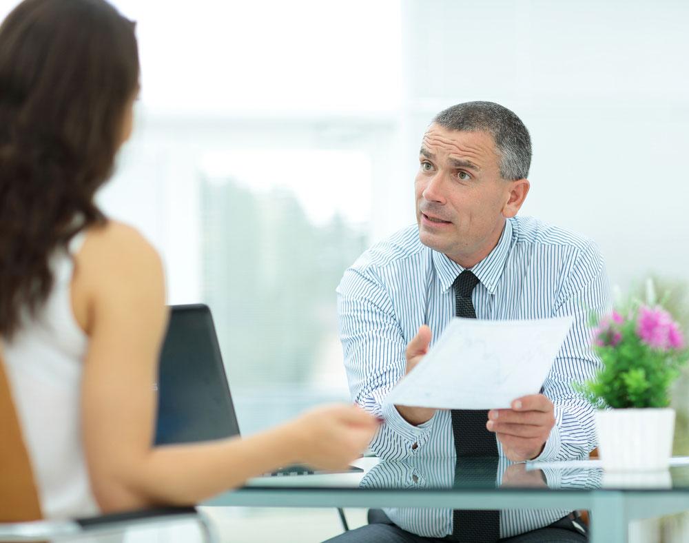 Agent ubezpieczeniowy doradza klientce
