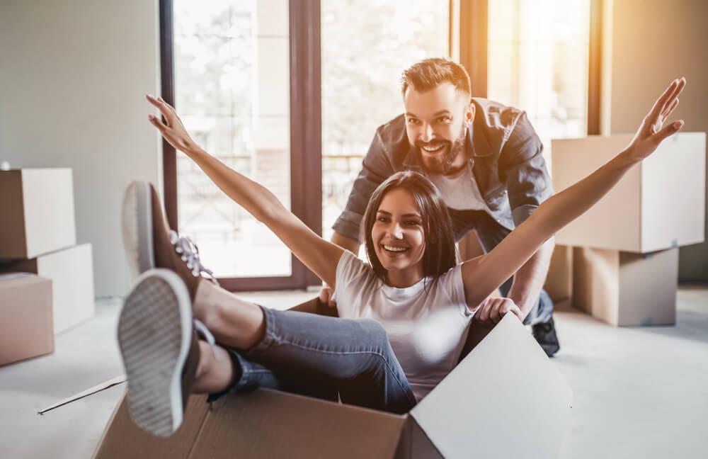 Szczęśliwa para we własnym mieszkaniu