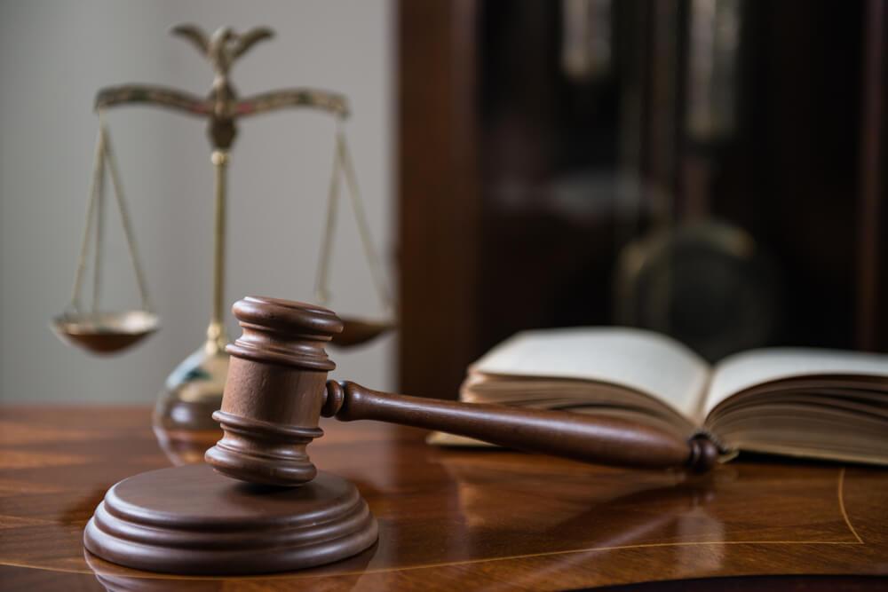 Waga i księga jako symbole sprawiedliwości i prawa