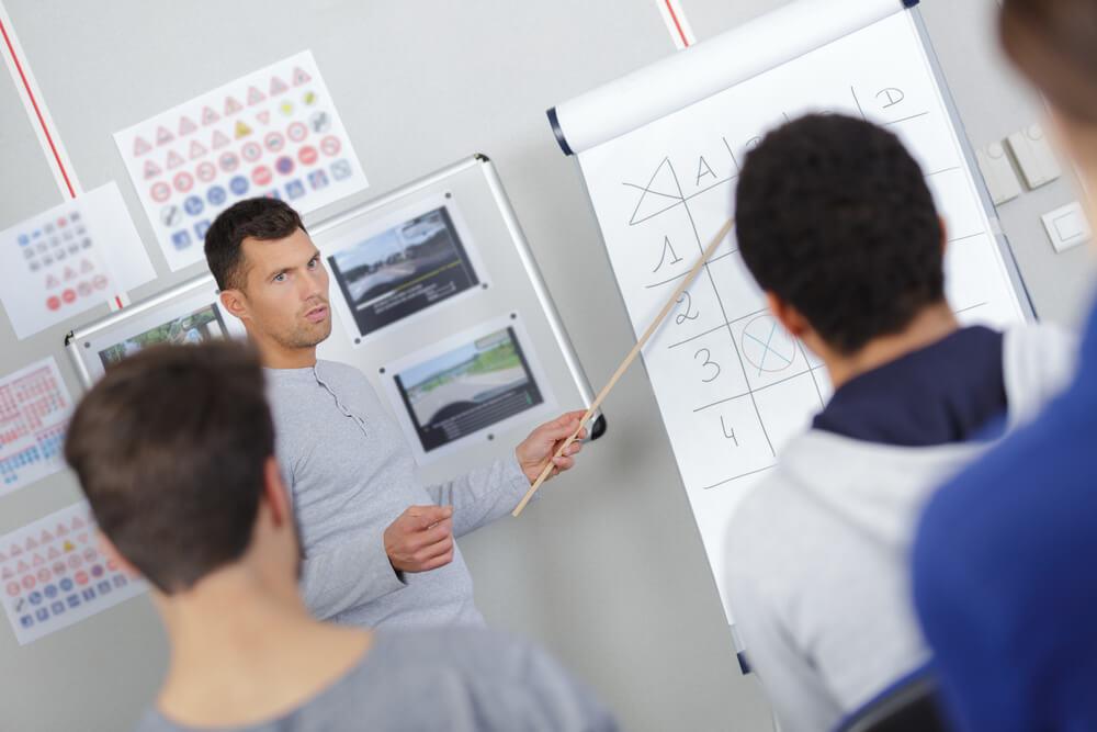Instruktor informujący uczniów o wysokości OC dla nauczycieli