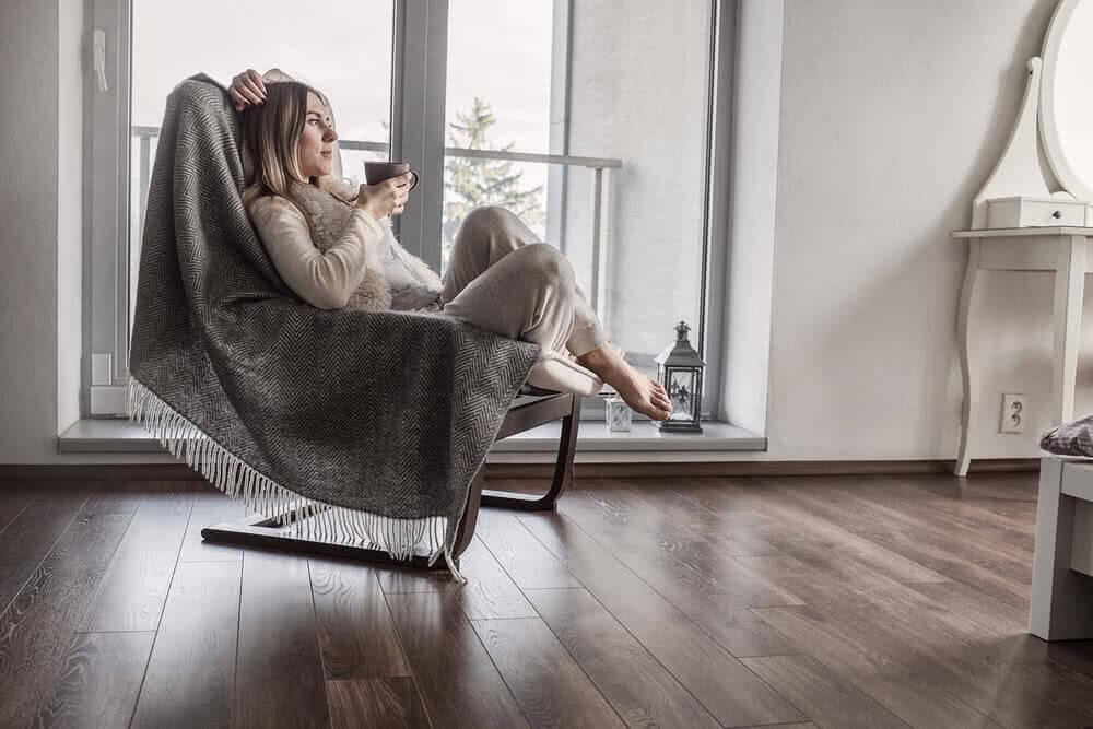 Kobieta w mieszkaniu cieszy się usługą home assitance