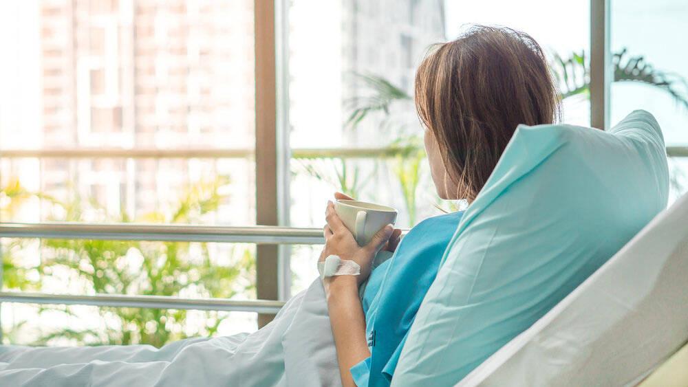Kobieta w szpitalu korzysta z ubezpieczenia kl