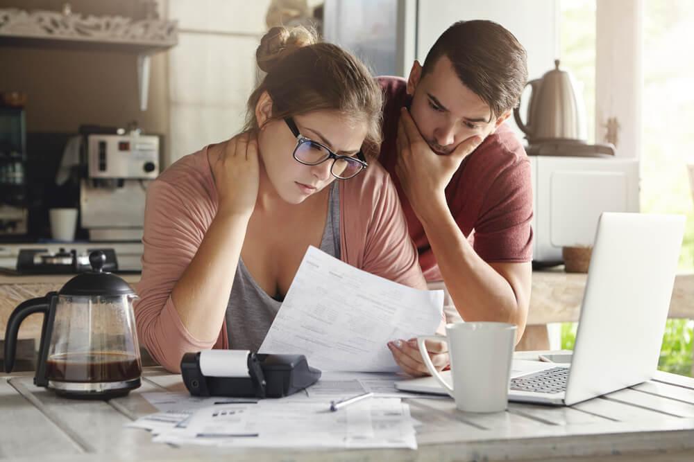 Młodzi ludzie analizują swoją zdolność kredytową