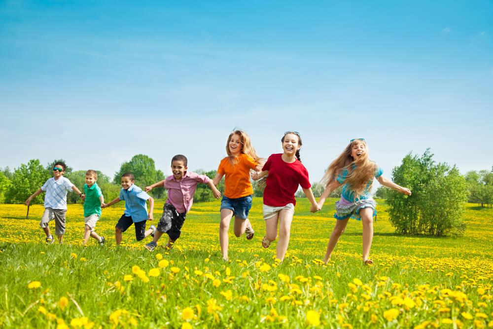 Wesołe dzieci ze spokojną, ubezpieczoną przyszłością