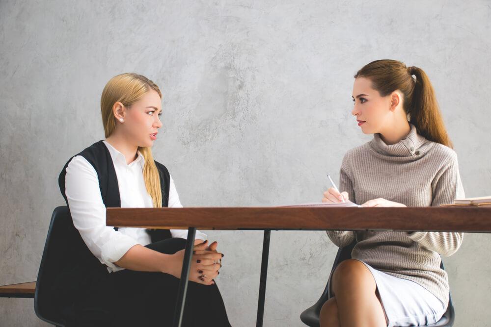 Pracownik negocjuje umowę o pracę, aby dostać kredyt hipoteczny