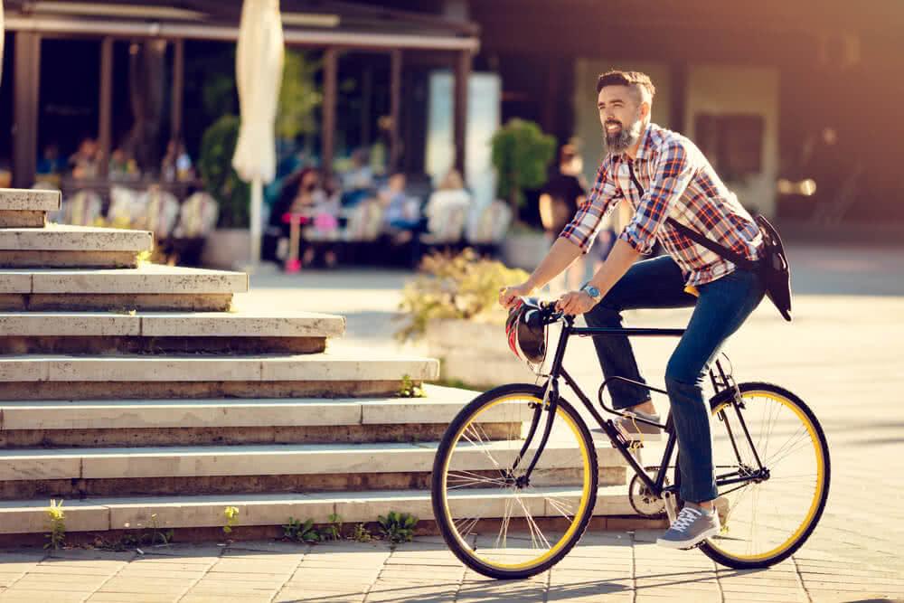 Rowerzysta z ubezpieczeniem OC jeździe drogą miejską