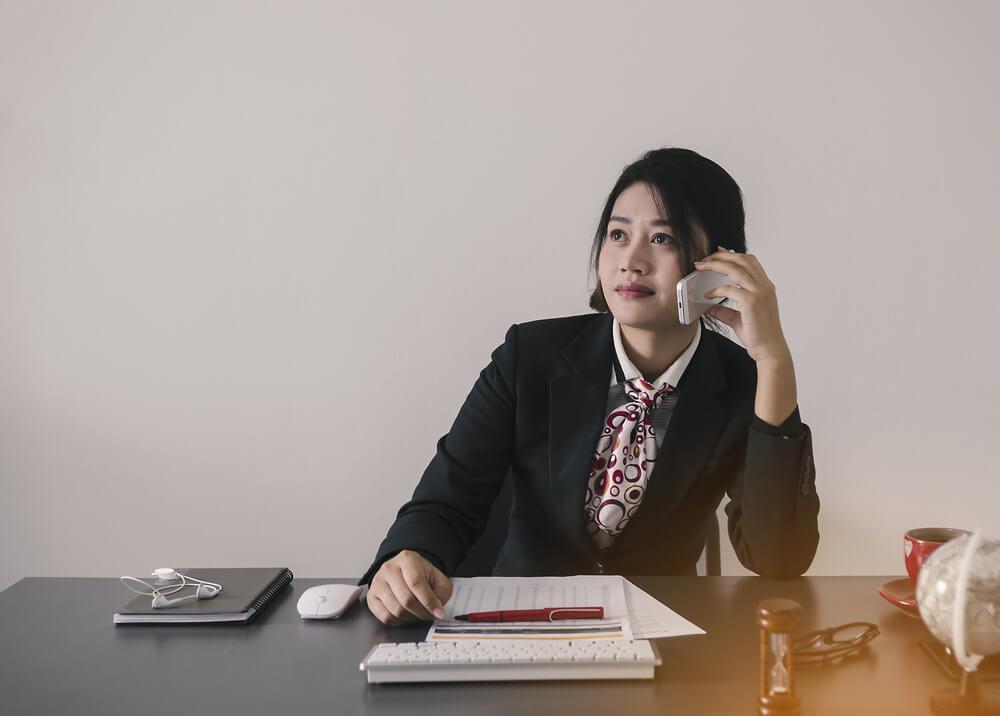 Kobieta czytająca ranking kredytów hipotecznych