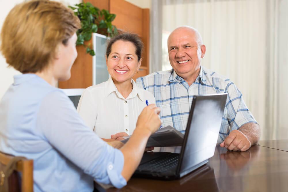 Pracownik przedstawia warunki rat malejących w kredycie gotówkowym