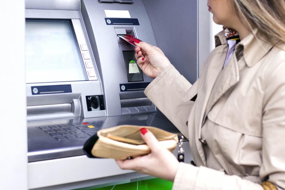 Wypłata pieniędzy z bankomatu, których ilość ciągle spada