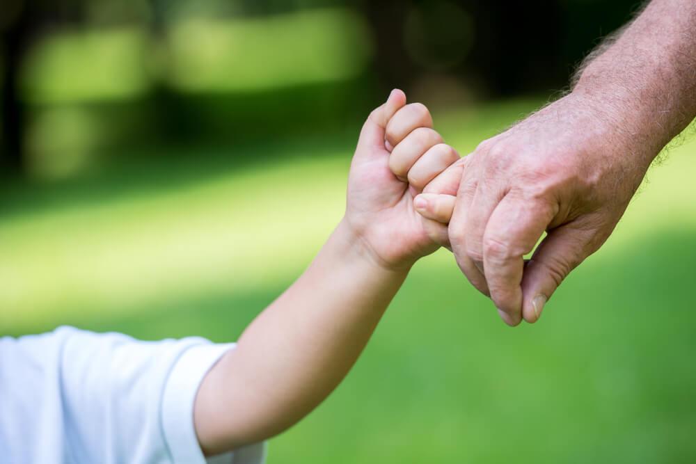 Rodzina posiadająca polisę ubezpieczeniową