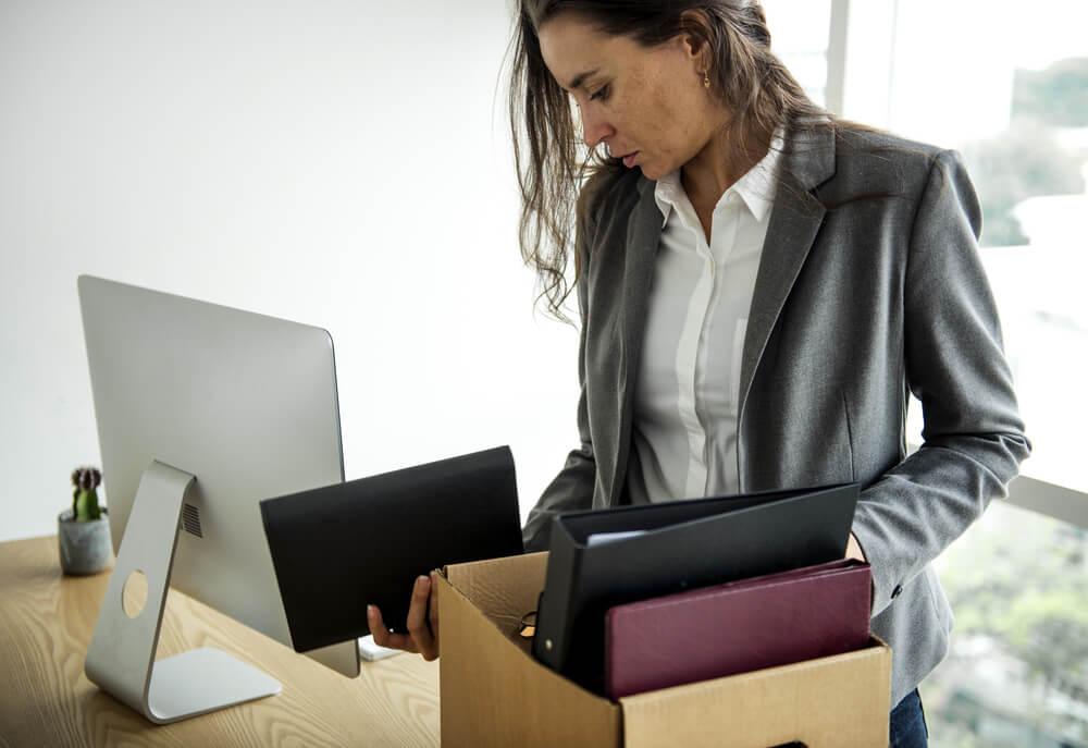 Zwolniony pracownik pakuje osobiste rzeczy