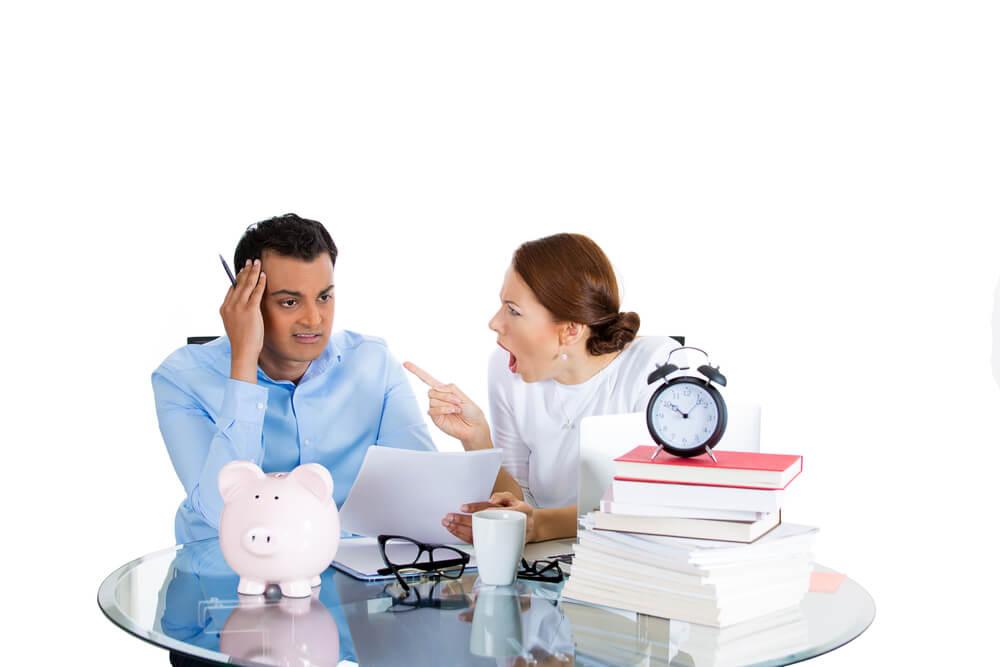 Niespokrewniona para analizuje, czy może wziąć kredyt hipoteczny