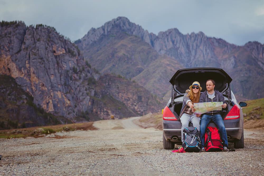 Turyści korzystający z ubezpieczenia assistance w podróży