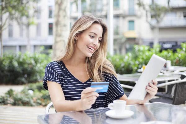 Kobieta cieszy się z możliwości, jakie daje kredyt odnawialny