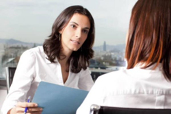 Specjalista dokonuje analizy kredytowej na podstawie dokumentów klienta
