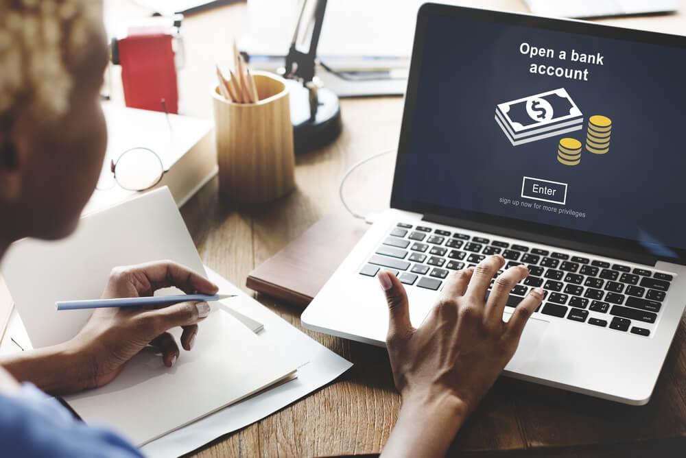 Mężczyzna sprawdza stan rachunku oszczędnościowo-rozliczeniowego przez internet