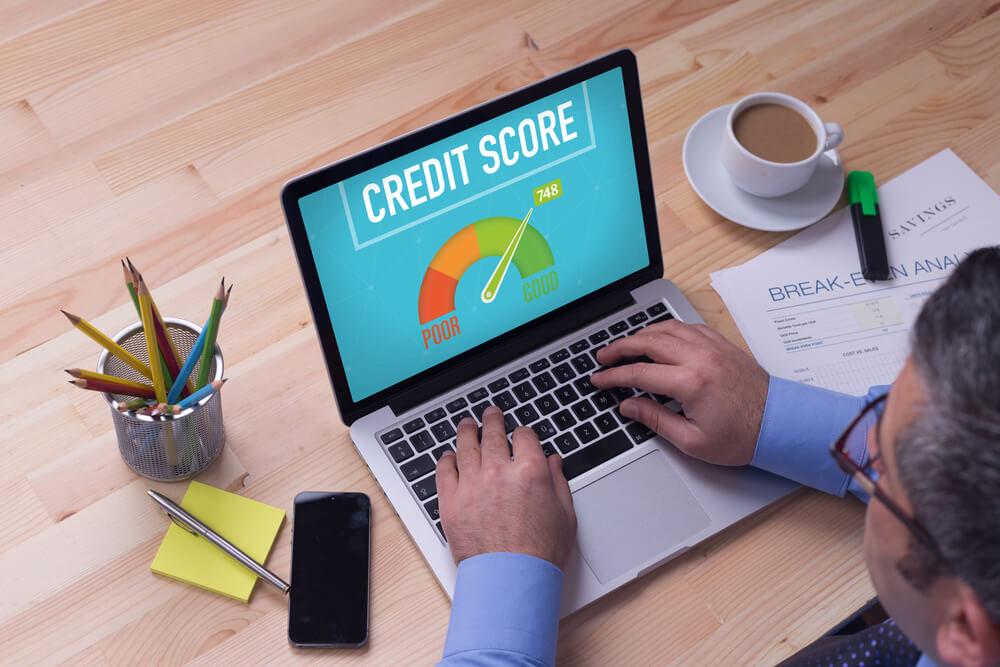 Mężczyzna sprawdzający scoring kredytowy przez internet