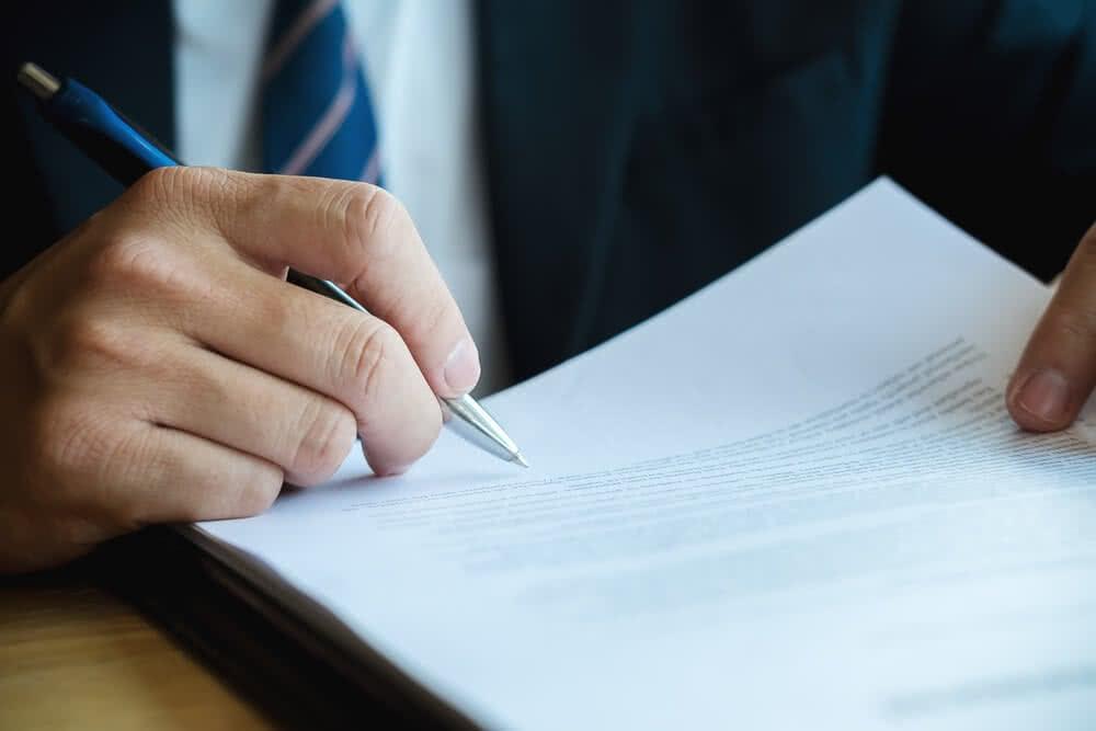 Przedsiębiorca podpisuje gwarancję ubezpieczeniową