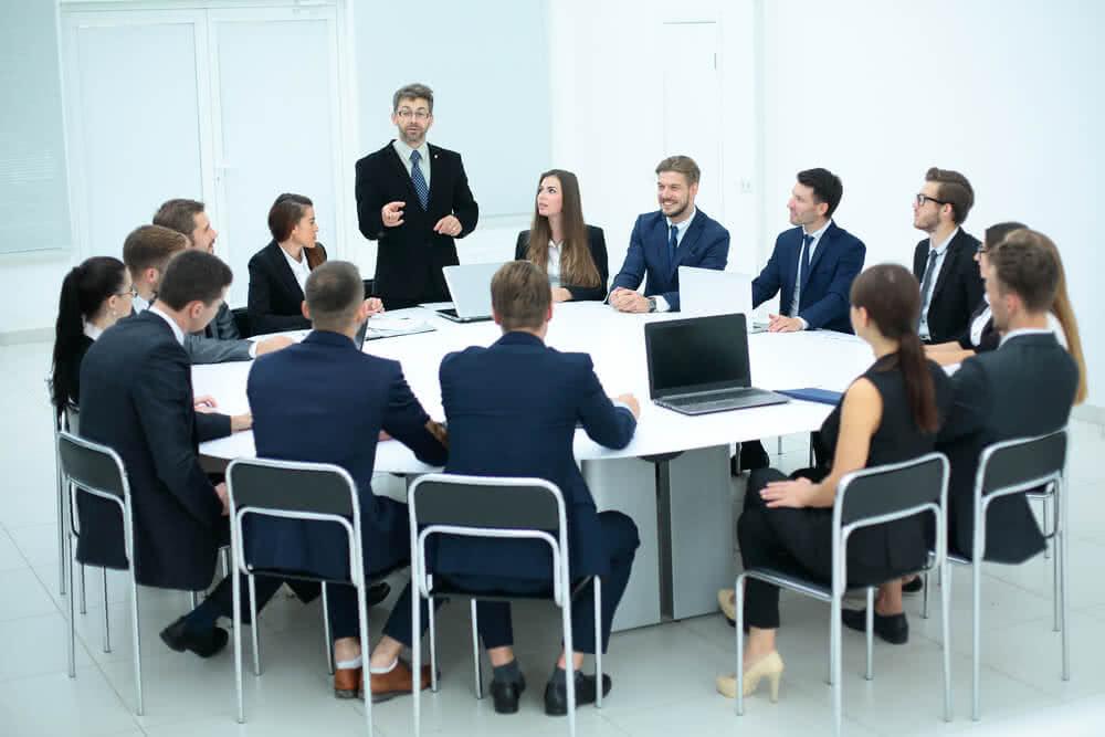 Pracownicy omawiają konieczność założenia konta bankowego dla firmy