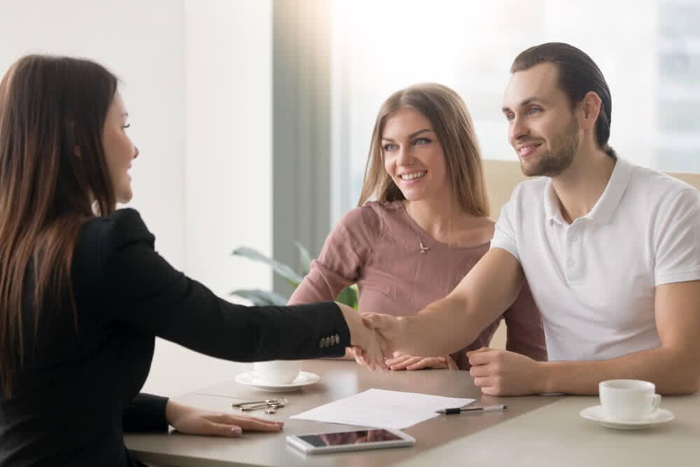 Agent tłumaczy klientom, czym jest depozyt bankowy