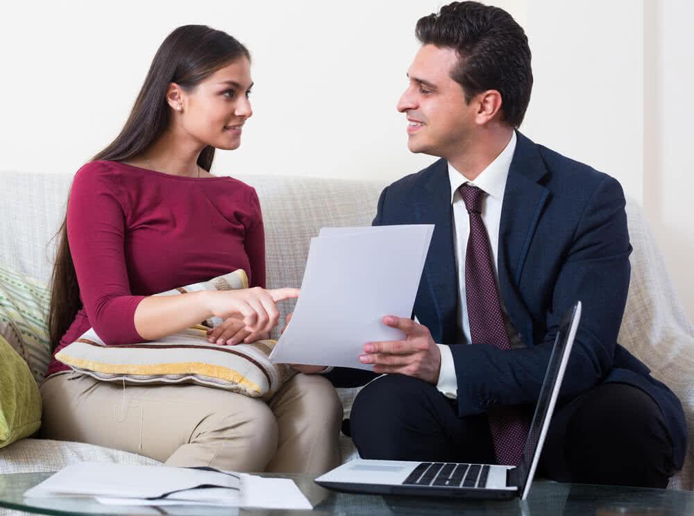 Doradca kredytowy omawia warunki umowy
