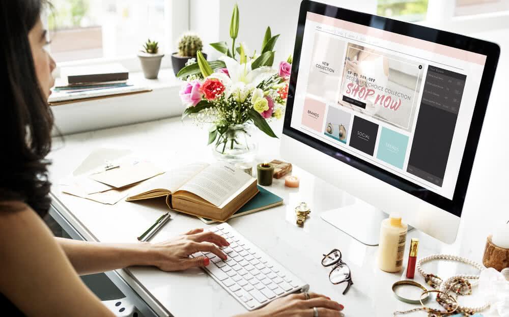 Kobieta robi zakupy online za pomocą karty