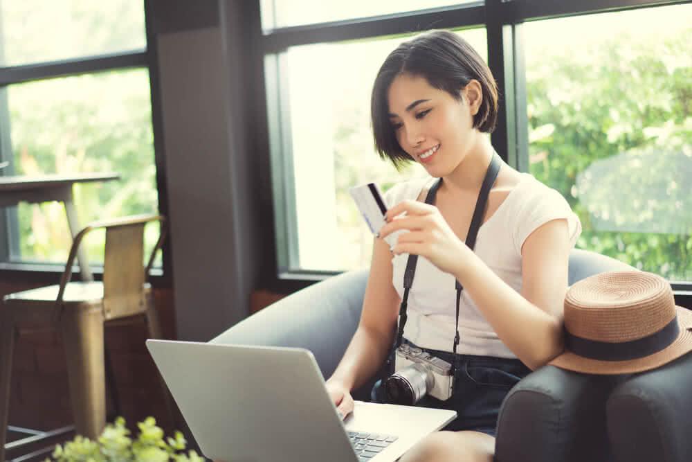 Kobieta trzyma kartę internetową
