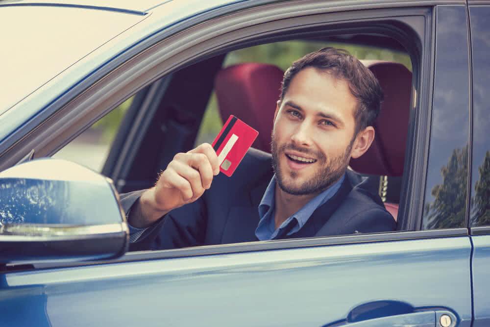 Mężczyzna cieszy się z samochodu na kredyt