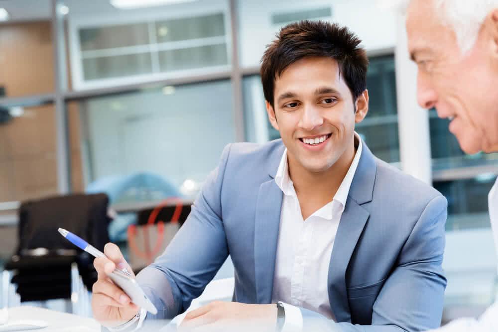 Agent informuje klienta, na co zwrócić uwagę przy wyborze lokaty długoterminowej